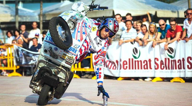 Ο κορυφαίος stuntman Nicola L'impennatore στο Moto Show. (Βίντεο)