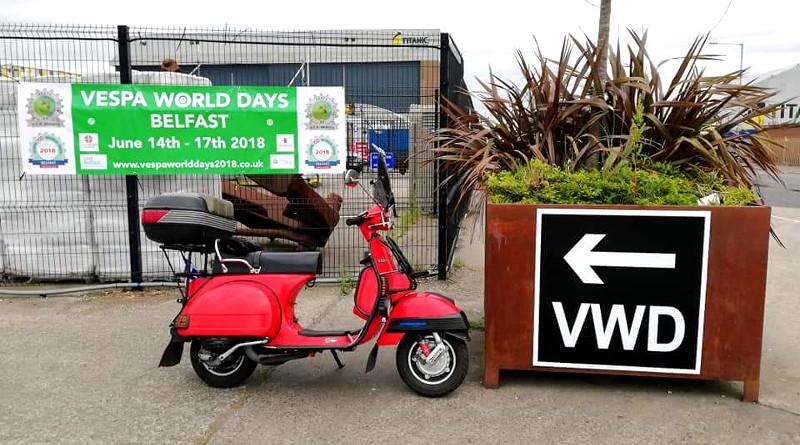 Ο Μιχάλης Μπαμπάογλου φτάνει στο Belfast με Vespa PX200E!